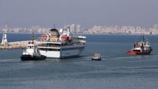 El barco Mavi Marmara, remolcado en el puerto de Haifa, el 5 de agosto de 2010.