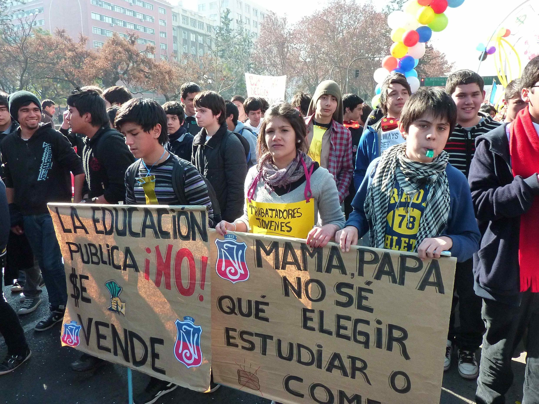 A gauche « L'éducation publique n'est pas à vendre », à droite « Maman, papa, je ne sais quoi choisir l'éducation ou manger »