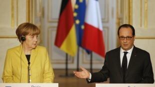 Президент Франции Франсуа Олланд и канцлер Германии Ангела Меркель во время пресс-конференции в Елисейском дворце в Париже, 20 февраля 2015 года