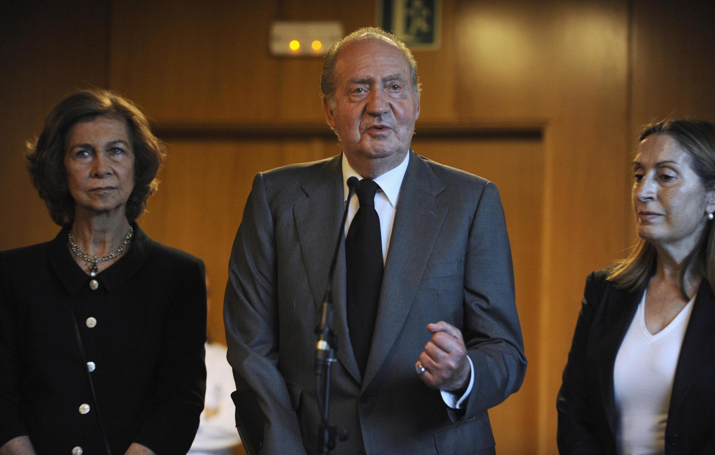 A rainha Sofia  e o rei Juan Carlos da Espanha com a ministra espanhola dos transportes, Ana Pastor.