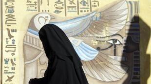 Eleitora em frente de uma seção eleitoral no sul do Cairo, neste sábado 22 de dezembro de 2012.