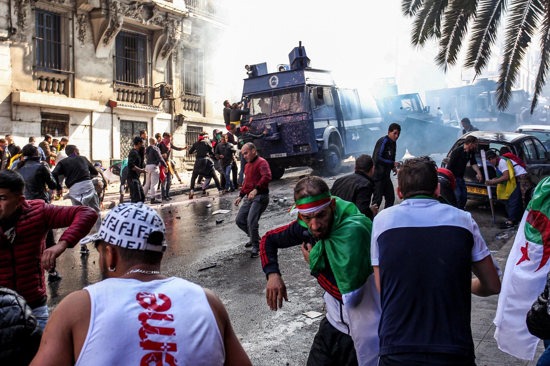 Le huitième vendredi de protestation contre le pouvoir à Alger s'est achevé dans des heurts entre policiers et manifestants.