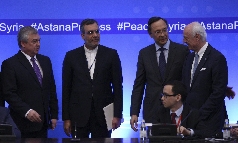 Debouts de gauche à droite: le négociateur russe Lavrentyev, le ministère iranien des Affaires étrangères Jaberi Ansari, son homologue kazakh Abdrakhmanov et l'envoyé spécial de l'ONU, de Mistura, à Astana, le 4 mai 2017.