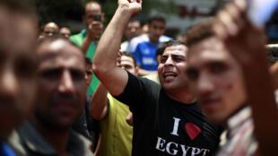 Manifestantes se concentram na praça Tahrir, nesta sexta-feira, para protestar contra dissolução do Parlamento.