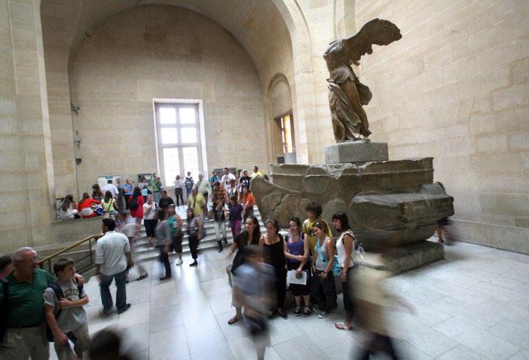 ''Tượng thần chiến thắng Samothrace'' một trong những bức tượng nổi tiếng nhất của Louvre