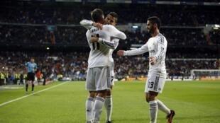 Ronaldo ya rungume Bale tare da Isco a lokacin da suke murnar zira kwallo a ragar Sevilla a gasar La liga
