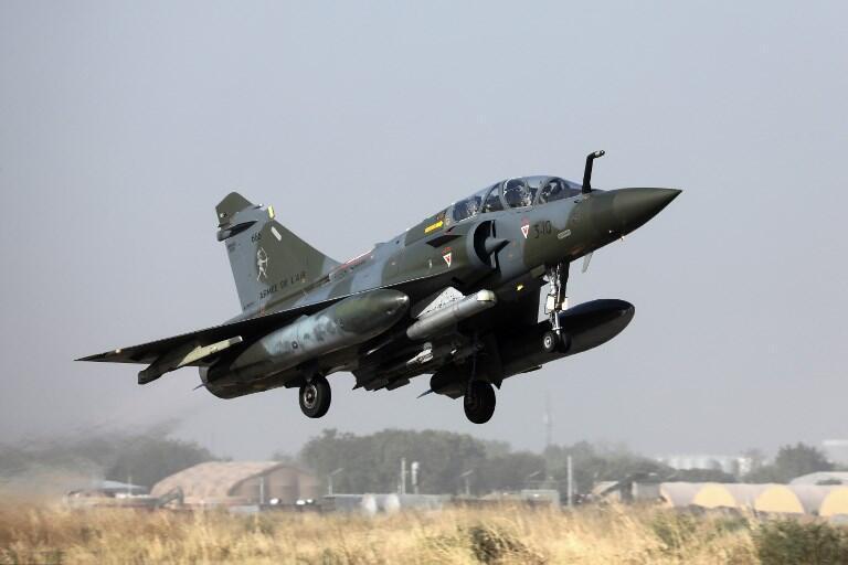 Un avion de chasse français Mirage 2000 décolle d'une base aérienne à N'Djamena le 22 décembre 2018.