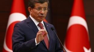 Thủ tướng Thổ Nhĩ Kỳ Ahmet Davutoglu trong buổi họp báo chung với đồng nhiệm Đức Angela Merkel, tại Ankara, ngày 14/02/2016.