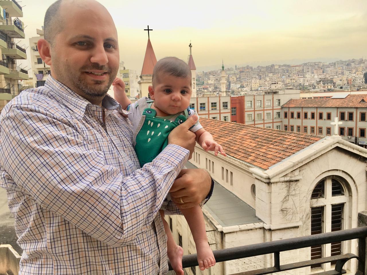 Firas Wehbe, 33, funcionário de um banco em Trípoli, e seu filho.