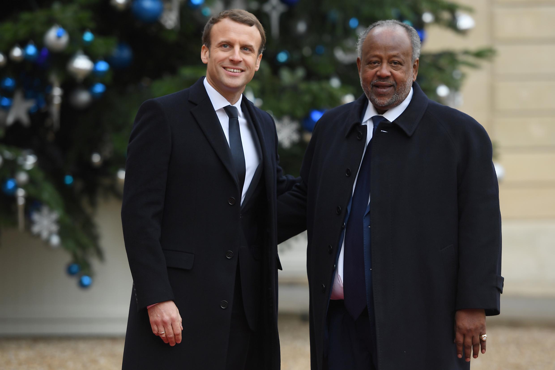 O Presidente francês, Emmanuel Macron, e o seu homólogo de Jibuti, Ismaïl Omar Guelleh,em Paris. 12 de Dezembro de  2017.