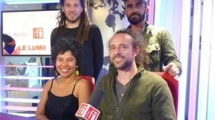 Miembros del grupo Yapunto en los estudios de RFI