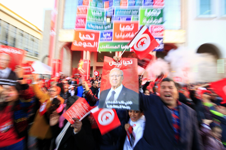 Les partisans du parti Nidaa Tounes célèbrent la victoire de Beji Caïd Essebsi à l'élection présidentielle tunisienne, lundi 22 décembre.