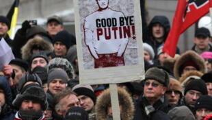 Les manifestants brandissent une image d'Alexeï Navalny, le charismatique bloggueur, 24 décembre 2011.
