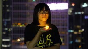 香港支聯會副主席鄒幸彤(Tonyee Chow Hang-tung)在1989年6.4天安門鎮壓民主示威者32周年前夕手捧蠟燭紀念。攝於2021年6月3日香港。