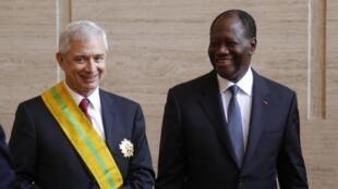Le président de l'Assemblée nationale française, Claude Bartolone, et le président de la République de Côte d'Ivoire Alassane Ouattara à Abidjan, le 24 octobre 2014.