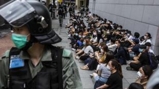 La policía antidisturbios detiene a un grupo de manifestantes en el distrito de Causeway Bay de Hong Kong el 27 de mayo de 2020, mientras se debate la ley de seguridad