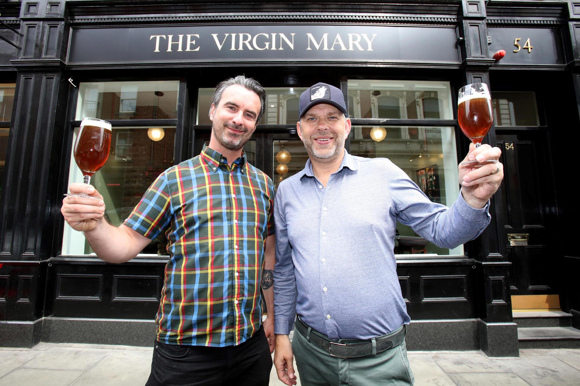 Les copropriétaires du Virgin Mary, un pub qui propose de la bière sans alcool dans le quartier de Temple Bar à Dublin.