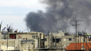 Nubes de humo se elevan por encima de la ciudad de Homs, el 13 de enero de 2012.