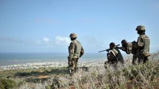 Des soldats de l'Amisom au-dessus de Barawe, le 5 octobre 2014.