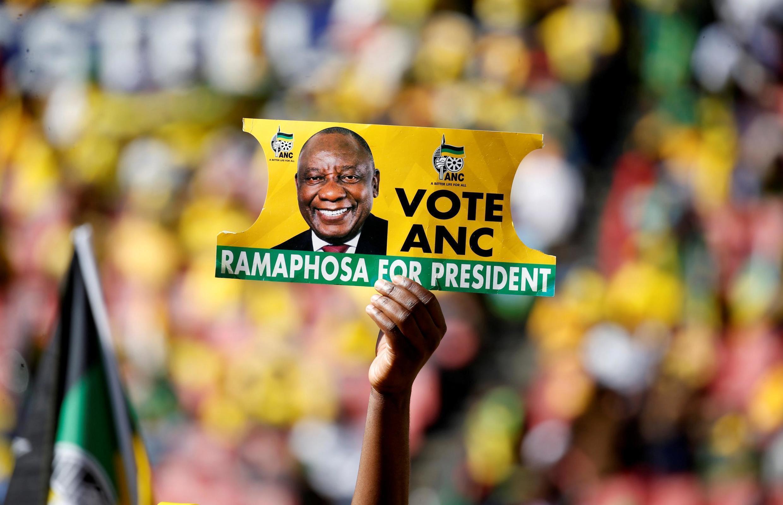 Un partisan de l'ANC tient une affiche de Cyril Ramaphosa lors d'un meeting du parti au pouvoir, à Johannesburg, le 5 mai 2019.