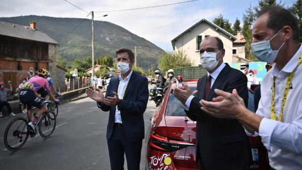 Директор Тур де Франс Кристиан Прюдомм и премьер-министр Франции Жан Кастекс на этапе веломногодневки, 5 сентября 2020