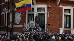 Le fondateur de WikiLeaks, Julian Assange, au balcon de l'ambassade équatorienne à Londres, en mai 2017.