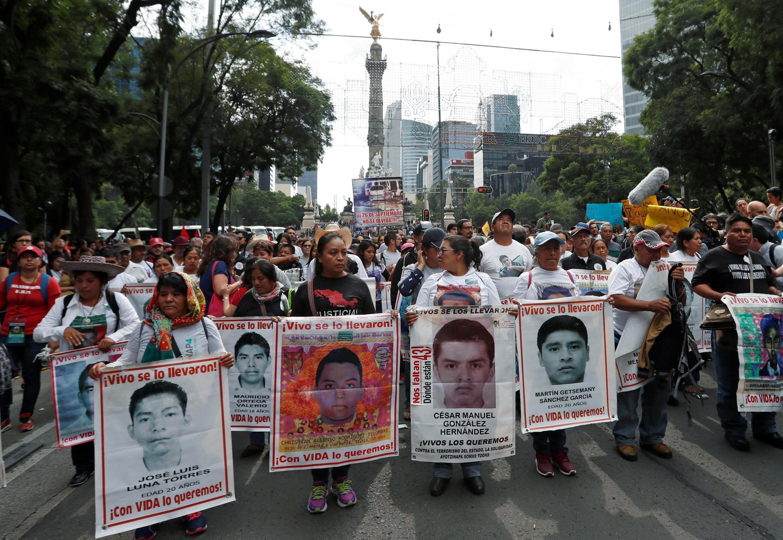 Des proches des disparus manifestent à Mexico le 26 septembre 2018, avec le portrait Christian Alfonso Rodriguez Telumbre, dont les restes ont été identifiés par un laboratoire autrichien, en ce mois de juillet 2020.