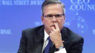 Jeb Bush, fils et frère de deux anciens présidents républicains américains George H. Bush lors d'une interview donnée au Wall Street Journal-CEO Council à Washington le 1er décembre 2014.