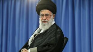 آیت الله خامنهای در جمع شاعران: در وصف برجام و خیانتهای آمریکا شعر زنده بسرایید