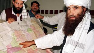 Jalaluddin Haqqani (P), trong chuyến đến Pakistan, ngày 19/10/2001.