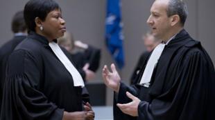 Emmanuel Altit (R), avocat de la défense de l'ancien président de Côte d'Ivoire, Laurent Gbagbo, s'entretient avec la procureure Fatou Bensouda (à gauche) dans l'attente du début du procès Gbagbo devant la CPI à La Haye le 28 janvier.