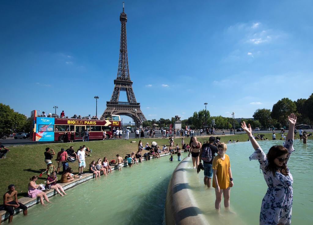 Во время жаркой погоды во Франции купаются не только в бассейнах, но и в фонтанах
