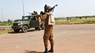 L'armée burkinabè patrouille aux abords du camp de base du RSP, le 29 septembre 2015.