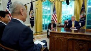 美国总统特朗普与中国副总理刘鹤10月12日白宫会面。