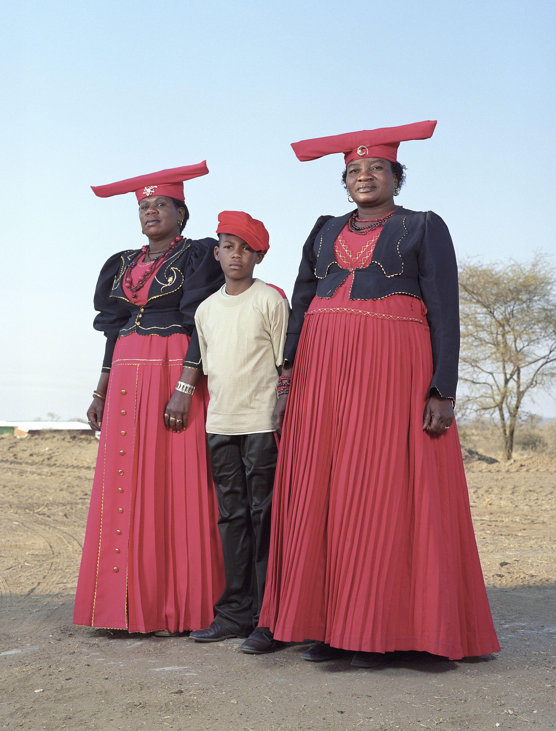 La série Hereros de Charles Fréger. Les robes rouges portées lors de la commémoration annuelle à Okahandja évoquent à la fois les victimes et les bourreaux du premier génocide du XXe siècle commis par les Allemands en Namibie, en 1904 et 1905.
