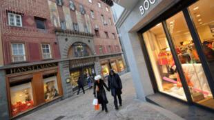 Une rue commerçante en Suisse.
