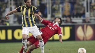 Egemen Korkmaz, à esquerda, foi o autor do único golo do encontro entre o Fenerbahçe e o Benfica.
