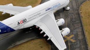 A380 — крупнейший пассажирский авиалайнер в мире, способный принять до 853 человек.