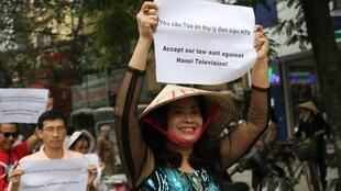 Bà Bùi Thị Minh Hằng trong một cuộc biểu tình.