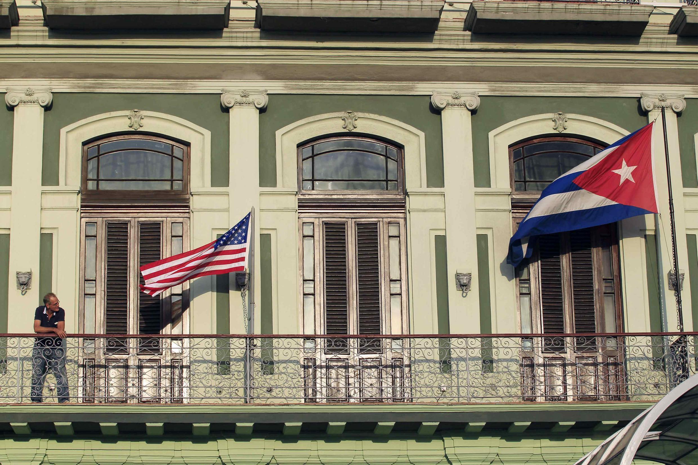 Drapeaux américain et cubain lors de la visite de parlementaires américains à La Havane entre les 17 et 19 janvier 2015