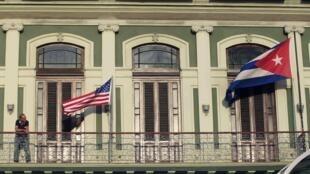 Bandeiras dos EUA e de Cuba hasteadas durante a visita dos parlamentares norte-americanos em Havane dos dias 17 a 19 de janeiro.