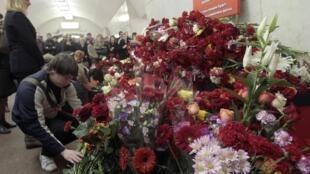 La gente deposita flores en memoria de las víctimas de la explosión en la estación de metro de Lubyanka, 30 de marzo de 2010