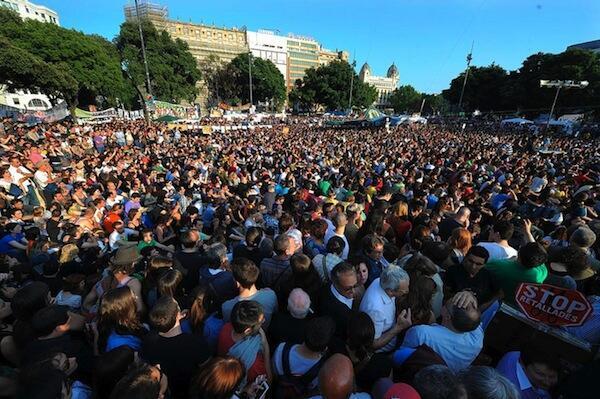 Maelfu ya waandamanaji nchini Hispani wakiwa kwenye uwanja wa Madrid