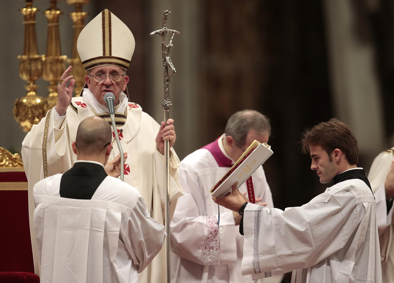 A primeira Missa do Galo do papa Francisco foi seguida pela televisão por fiéis no mundo todo.