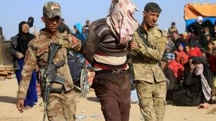 Wasu dakarun sojin Iraqi, bayan kama wani da suke zargi da zama mayakin kungiyar IS.
