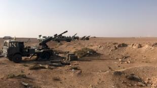 Des pièces d'artillerie alignées à proximité de la ville de Boukamal où cinq soldats pro-iraniens ont perdu la vie dans une frappe aérienne le 31 mai 2020 (image d'illustration).