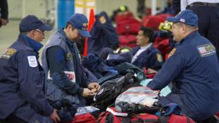Une équipe d'experts des recherches de survivants appartenant à la caserne de pompiers de Fairfax, en Virginie, se prépare à partir au Népal, le 25 avril 2015.