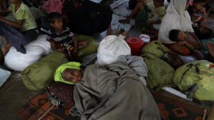 Des réfugiés rohingyas, dans un bâtiment de transit pour nouveaux arrivants au camp de Kutupalong, près de Cox's Bazar, le 28 novembre 2017.