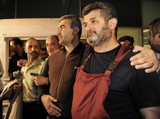 Expulsés par les autorités israéliennes, des ressortissants turcs posent pour les médias à leur arrivée à l'aéroport d'Ataturk, à Istanbul.