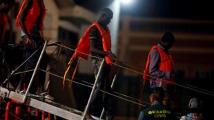 Des migrants quittent le bateau à leur arrivée à Malaga, en Andalousie, le 14 août 2018.